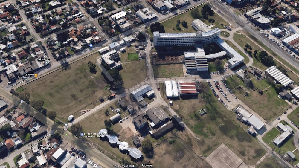 La empresa YPF S.A vendió una parte de los terrenos donde está emplazada la sede central de la Universidad Nacional Arturo Jauretche de Florencio Varela. Imagen: Google Maps.